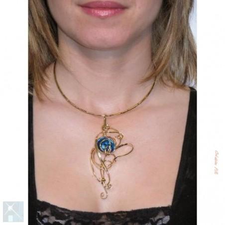 Collier de créateur avec une pierre bleue claire