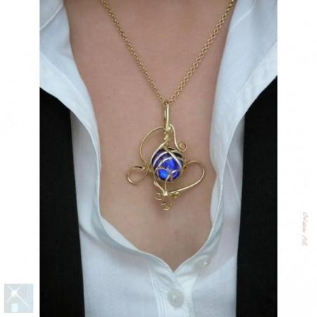 Pendentif artisanal bleu clair, bijou fait main.