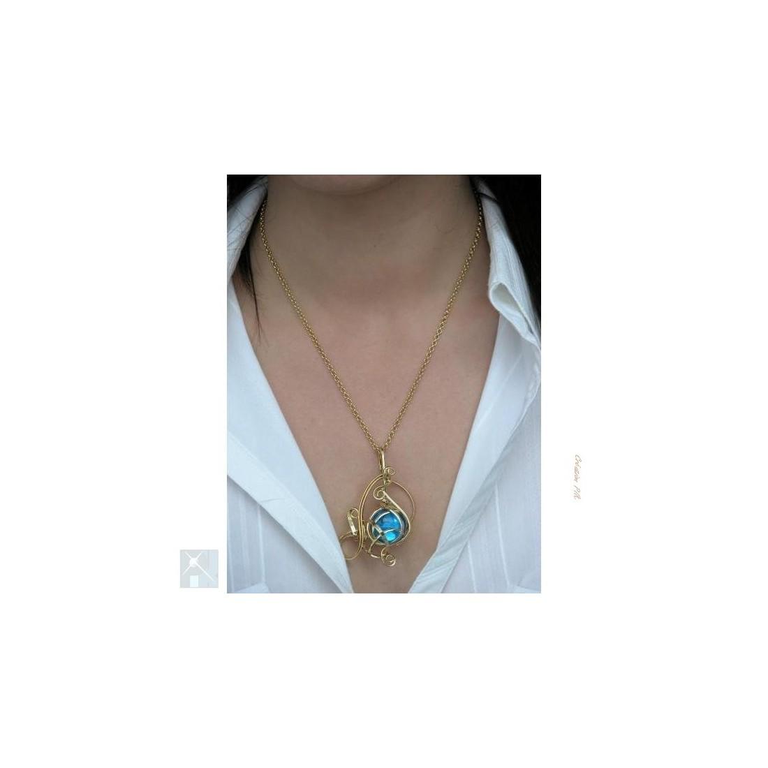 Très joli pendentif doré bleu clair