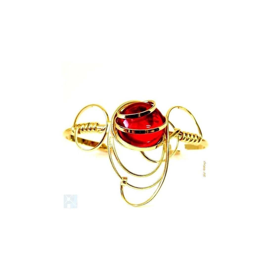 Bracelet doré de créateur avec une pierre rouge rubis. Offrez un bijou unique et fait main.