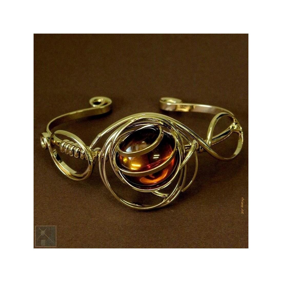 Bracelet doré élégant et sobre.
