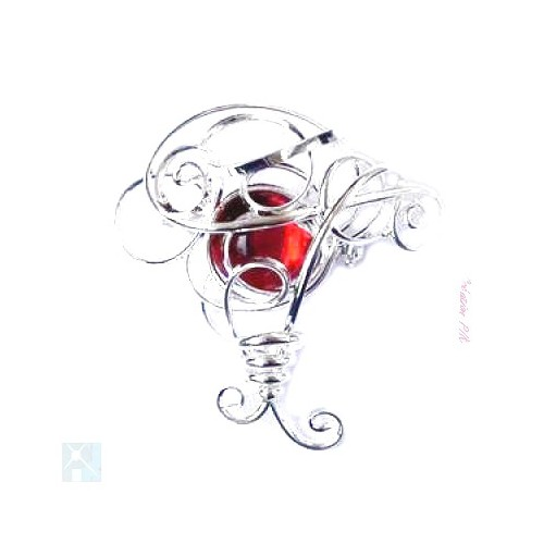 Broche argent en forme arrondie avec une pierre rouge rubis.