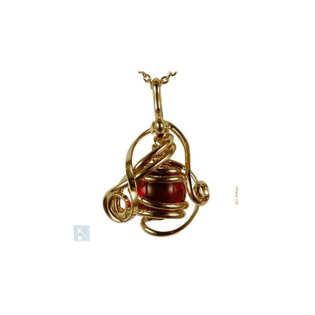 Très joli petit pendentif avec un cabochon rouge rubis. Bijou artisanal made in France.
