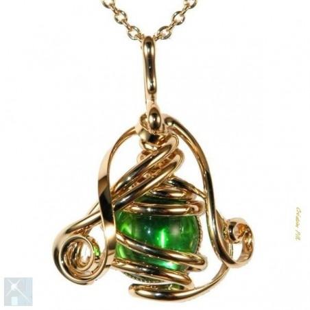 Petit pendentif doré avec un cabochon en verre de couleur vert clair.