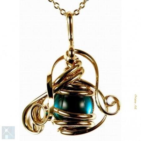 Petit pendentif artisanal avec une pierre de couleur bleu clair.