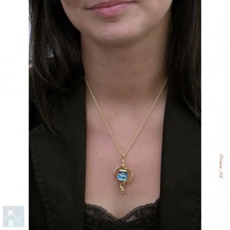 Pendentif artisanal doré avec une pierre bleue claire.