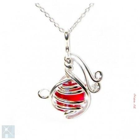 Petit pendentif argent avec une pierre rouge.