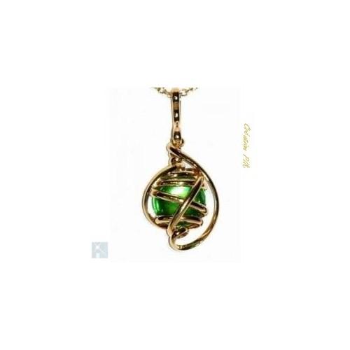 Petit pendentif artisanal de couleur or et vert péridot.