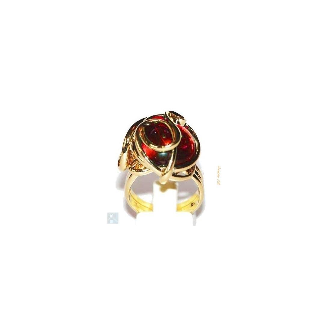 Bague dorée avec une pierre rouge rubis. Création artisanale française.