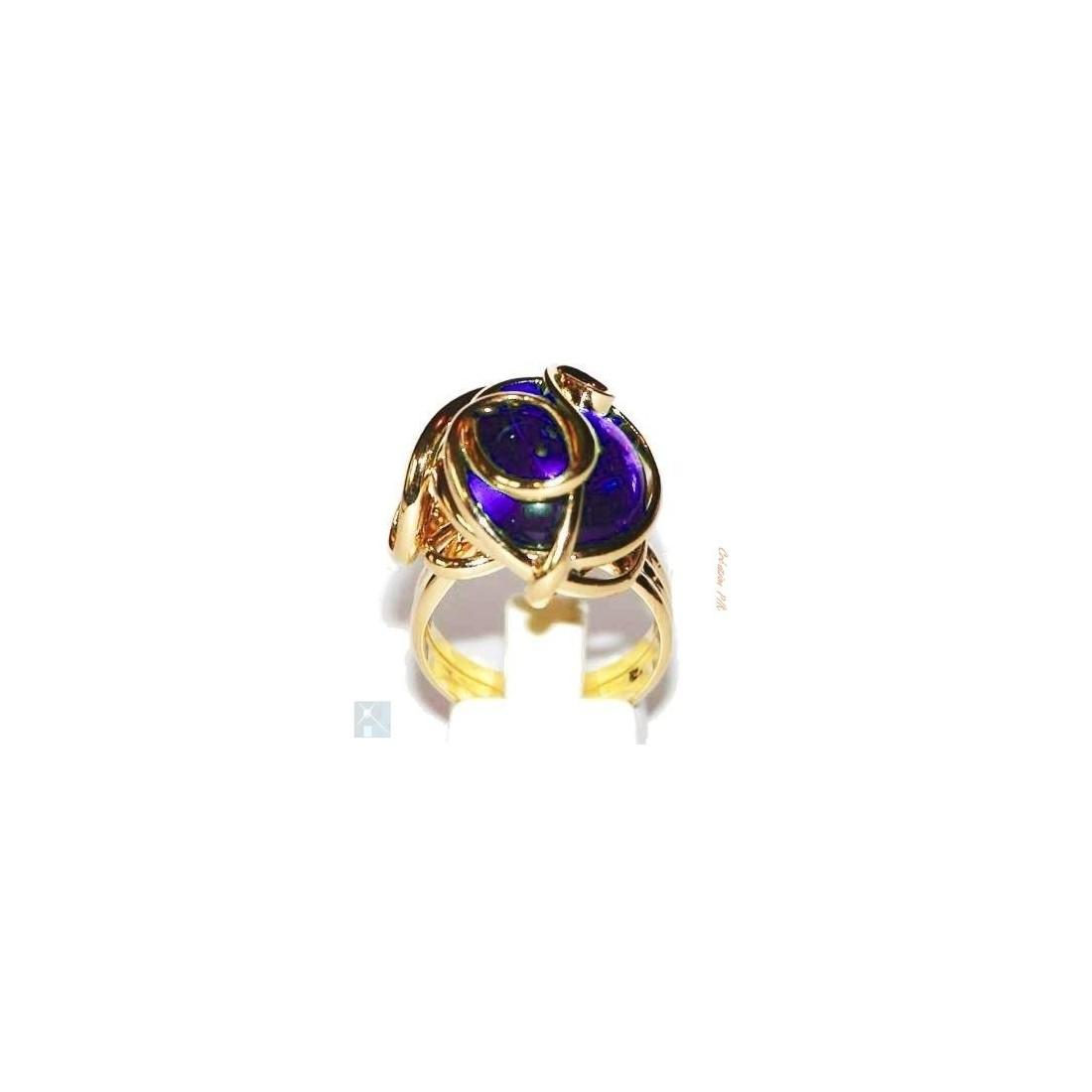 Bague fantaisie dorée avec une pierre violette. Bijou fait main.