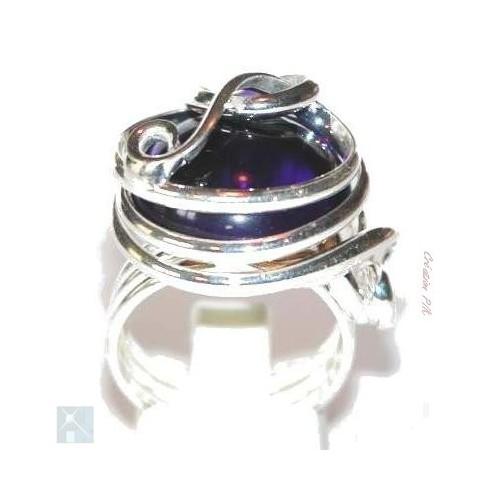On aime l'association de l'argent et l'éclat du violet qui font de cette bague un bijou de fête.