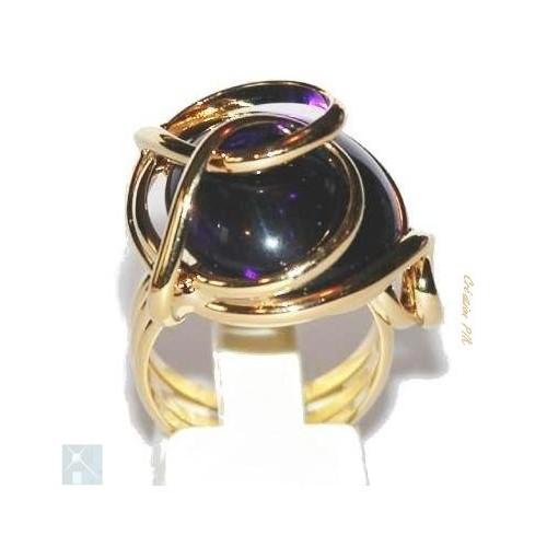 Bague en verre teinté de couleur violet améthyste qui se distingue par ses éclats intermittents nés de la lumière.