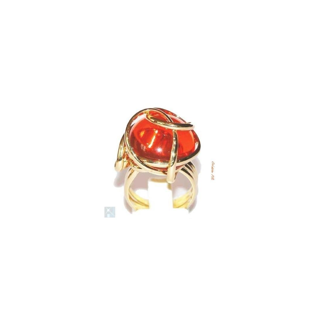 Coup de coeur pour cette bague en fils de laiton doré rehaussée d'un strass en verre teinté de couleur orange.