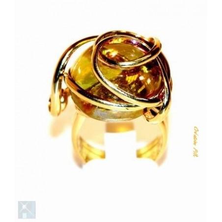 Bague avec un strass en verre de couleur jaune topaze particulièrement apprécié pour sa simplicité et son éclat.