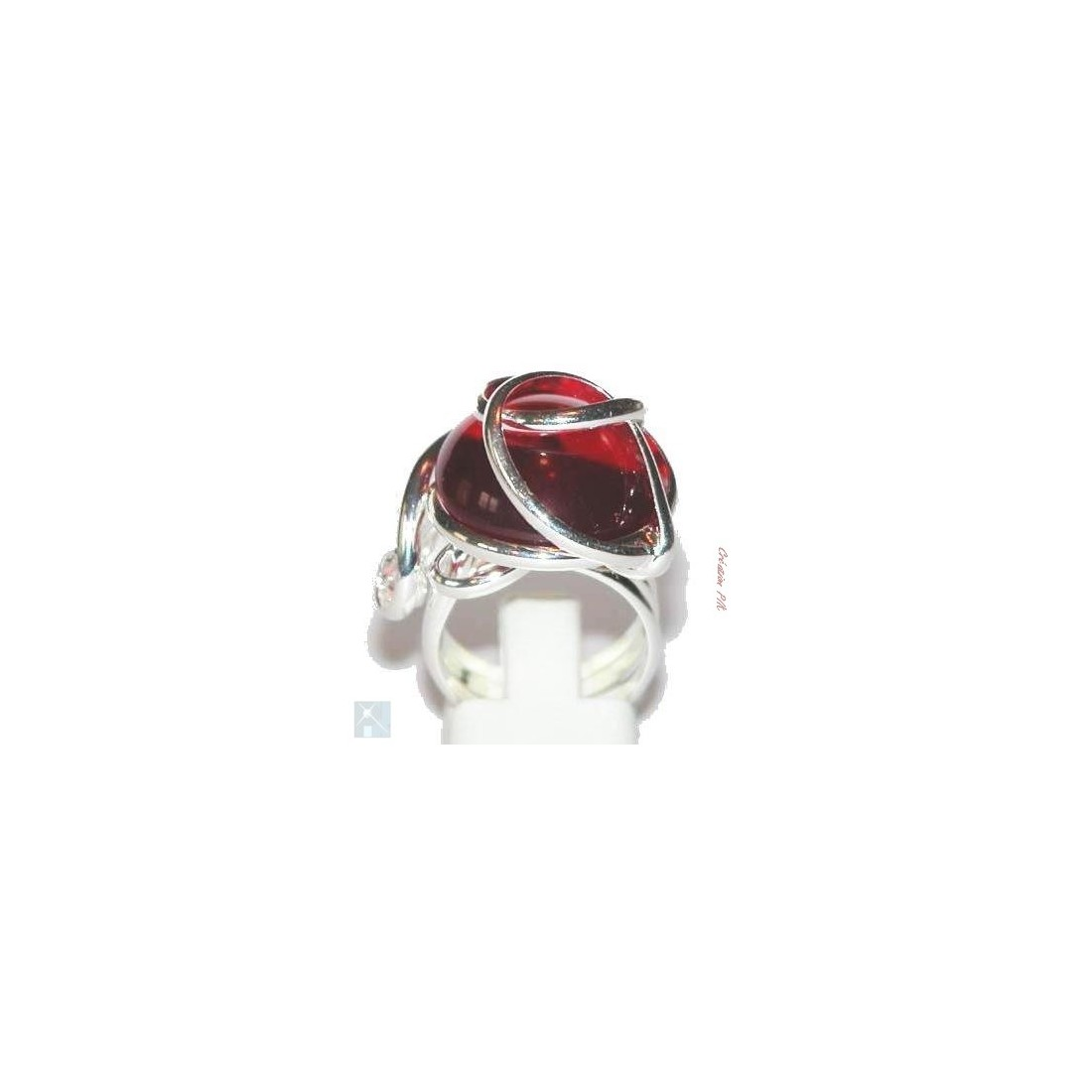 Le strass de diamètre 16mm en verre teinté de de couleur rouge dont l'éclat rappelle le rubis.