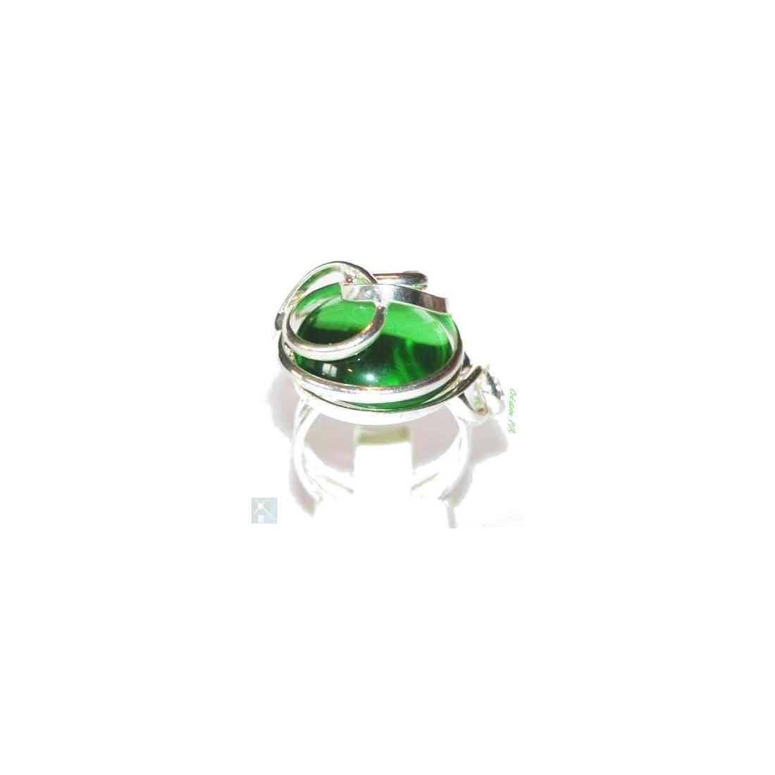 Bague de couleur vert péridot qui saura vous ravir par la distinction de ses formes.