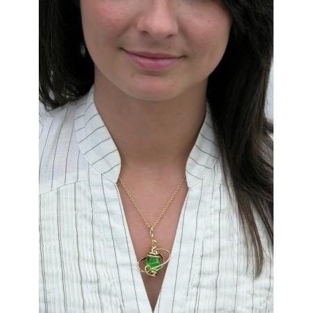 Petit pendentif fantaisie fait main-vert péridot.