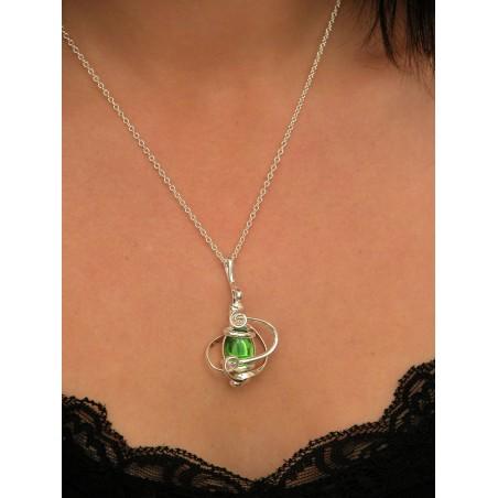 Ce bijou artisanal sera idéal pour les amoureuses des couleurs vives.