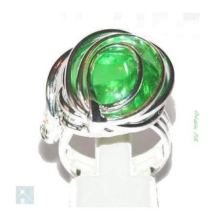 Grande bague fantaisie argent avec une pierre vert péridot. Bijou issu de l'artisanat d'art.