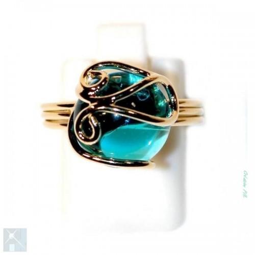 Jolie bague pour femme avec une pierre de couleur bleu clair.