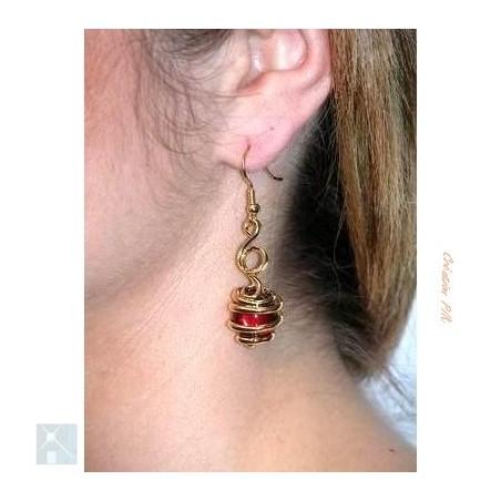 Boucles d'oreilles dorée de créateur, rouge rubis.