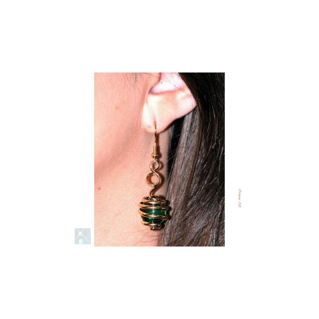 Boucles d'oreilles dorées, vert émeraude.