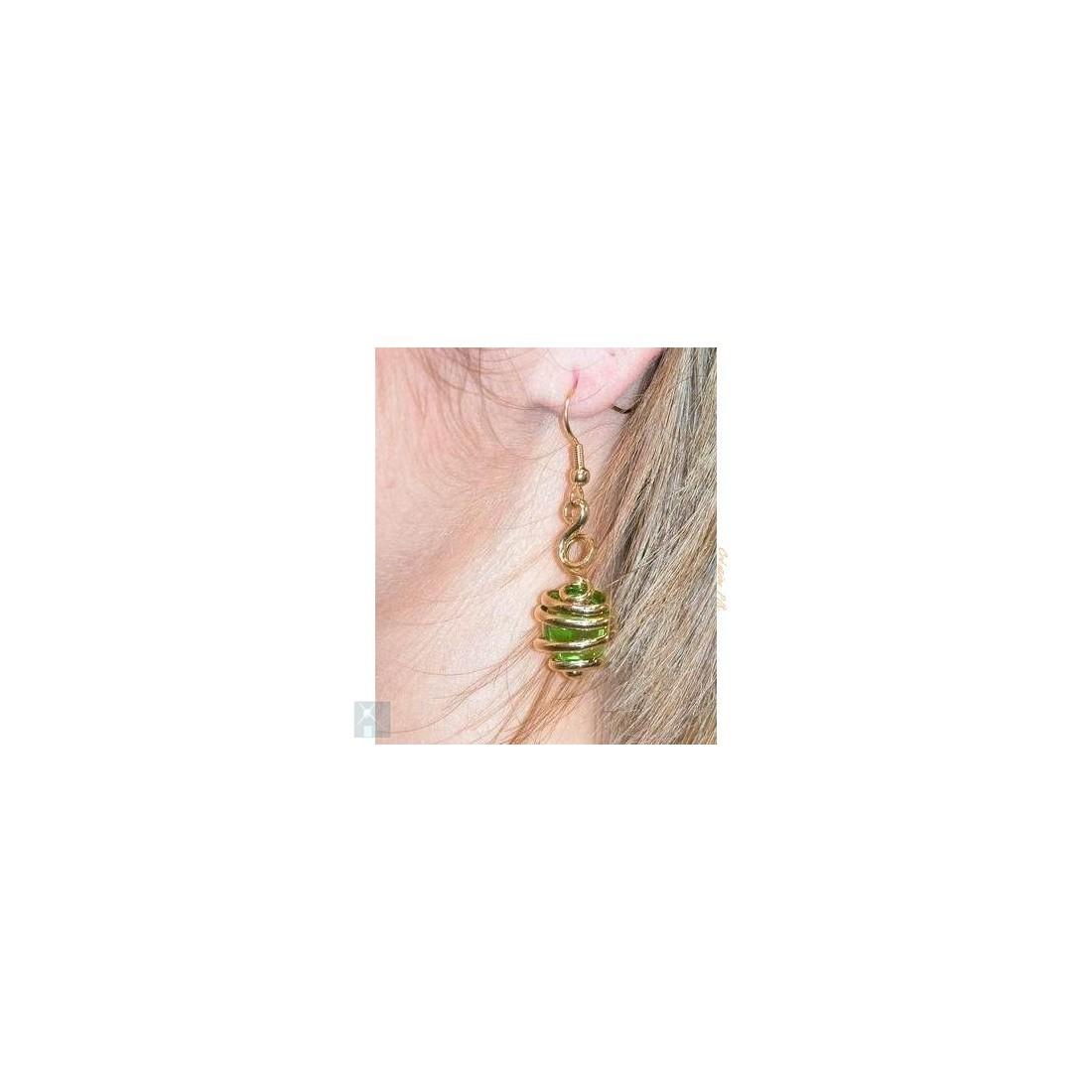 Boucles d'oreilles dorées de créateur, vert pâle.