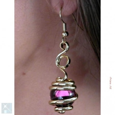 Boucles d'oreilles dorées de créateur, violettes.