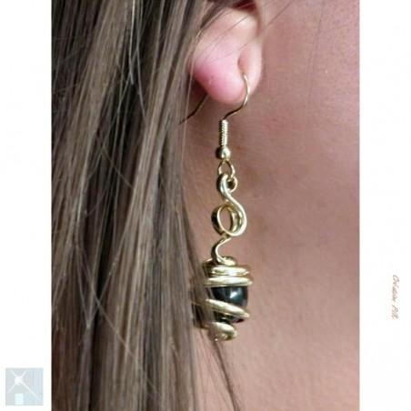 Boucles d'oreilles dorées, noires.