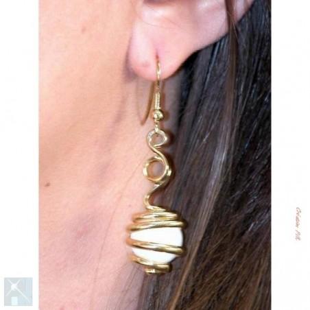 Boucles d'oreilles dorées de créateur.