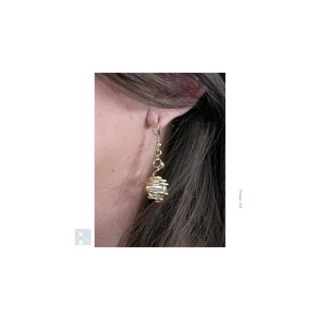 Boucles d'oreilles dorées, transparentes.