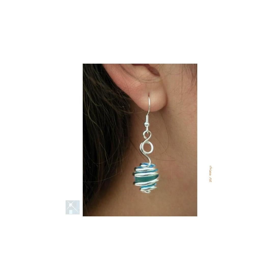 Boucles d'oreilles fantaisie argent et bleue claire.