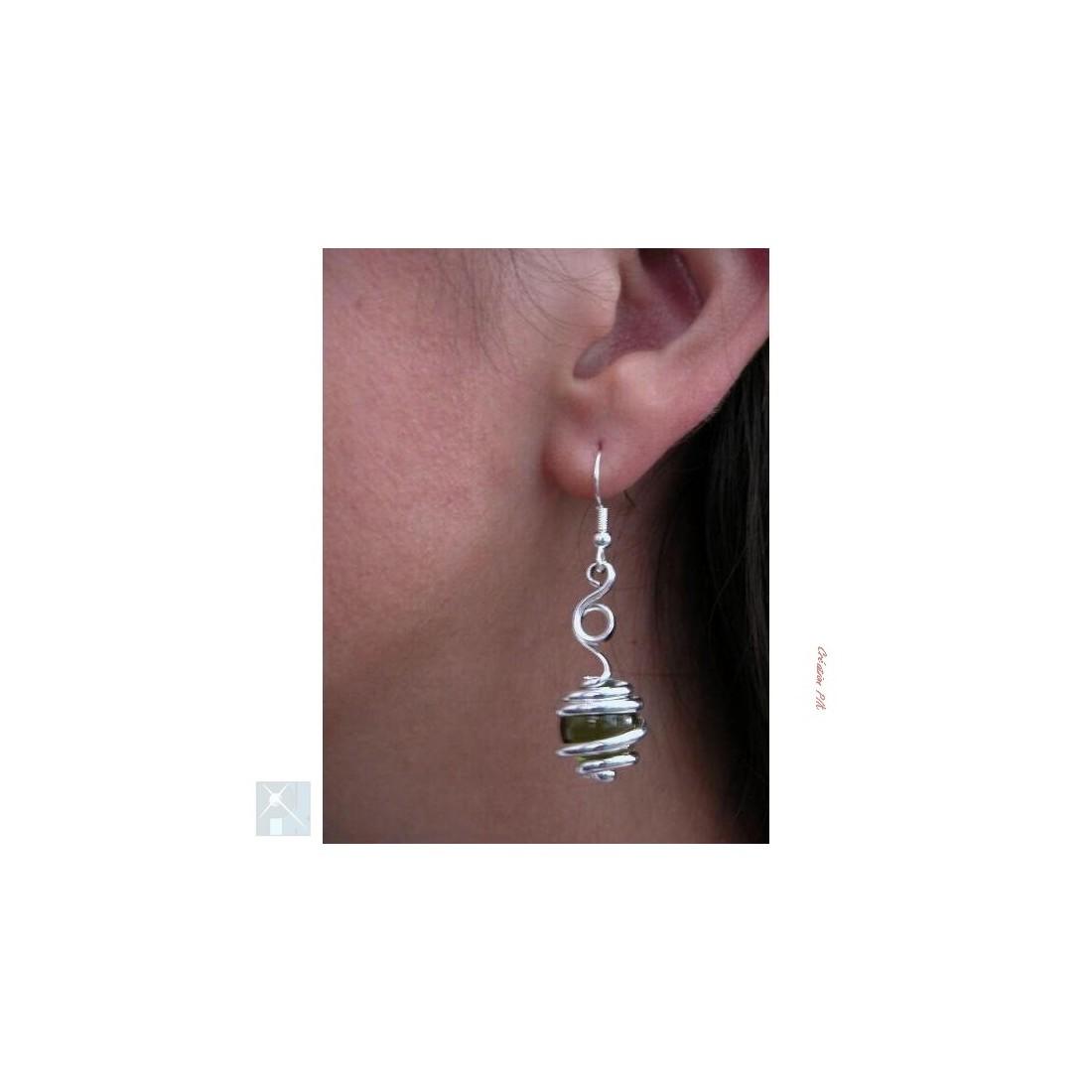 Boucles d'oreilles, création artisanale argent et vert olive.