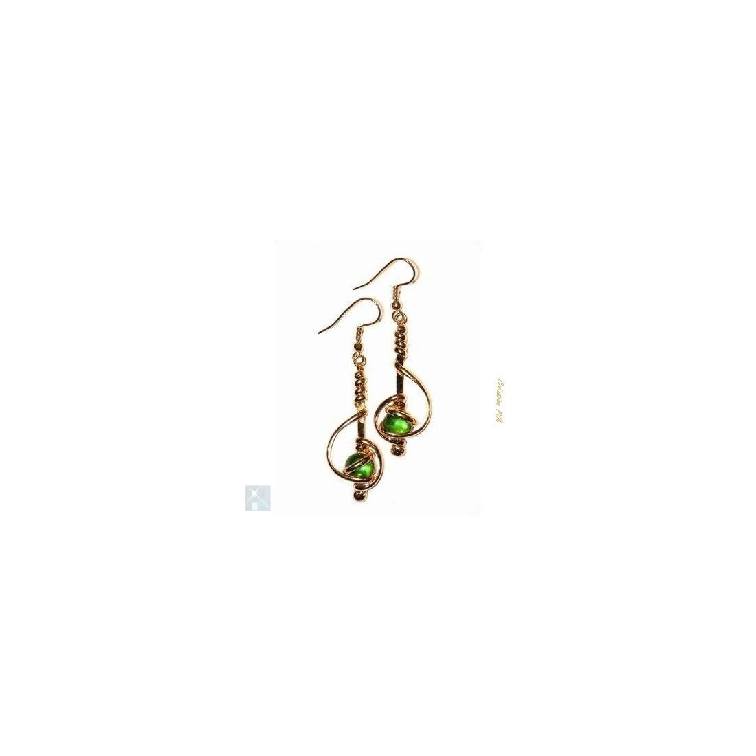 Boucles d'oreilles fantaisie en fil-vert pâle.