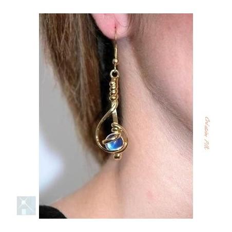 Boucles d'oreilles fantaisie en fil-bleu saphir.
