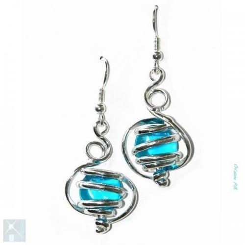 Boucles d'oreilles d'artisan bijoutier, bleu clair.