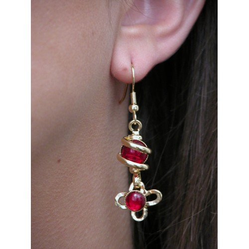 Boucles d'oreilles fleurs rouges.