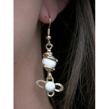 Boucles d'oreilles fleurs blanches.