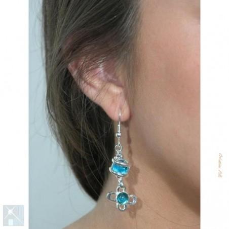 Très jolies boucles d'oreilles bleues.