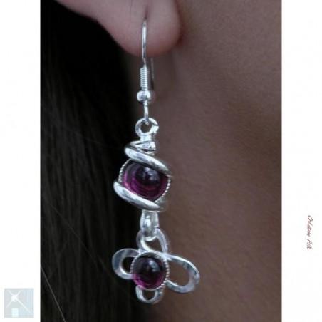 Boucles d'oreilles violettes.