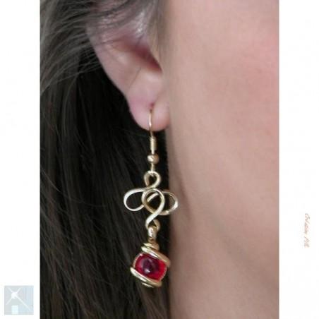 Boucles d'oreilles en fils entrelacés, rouges.