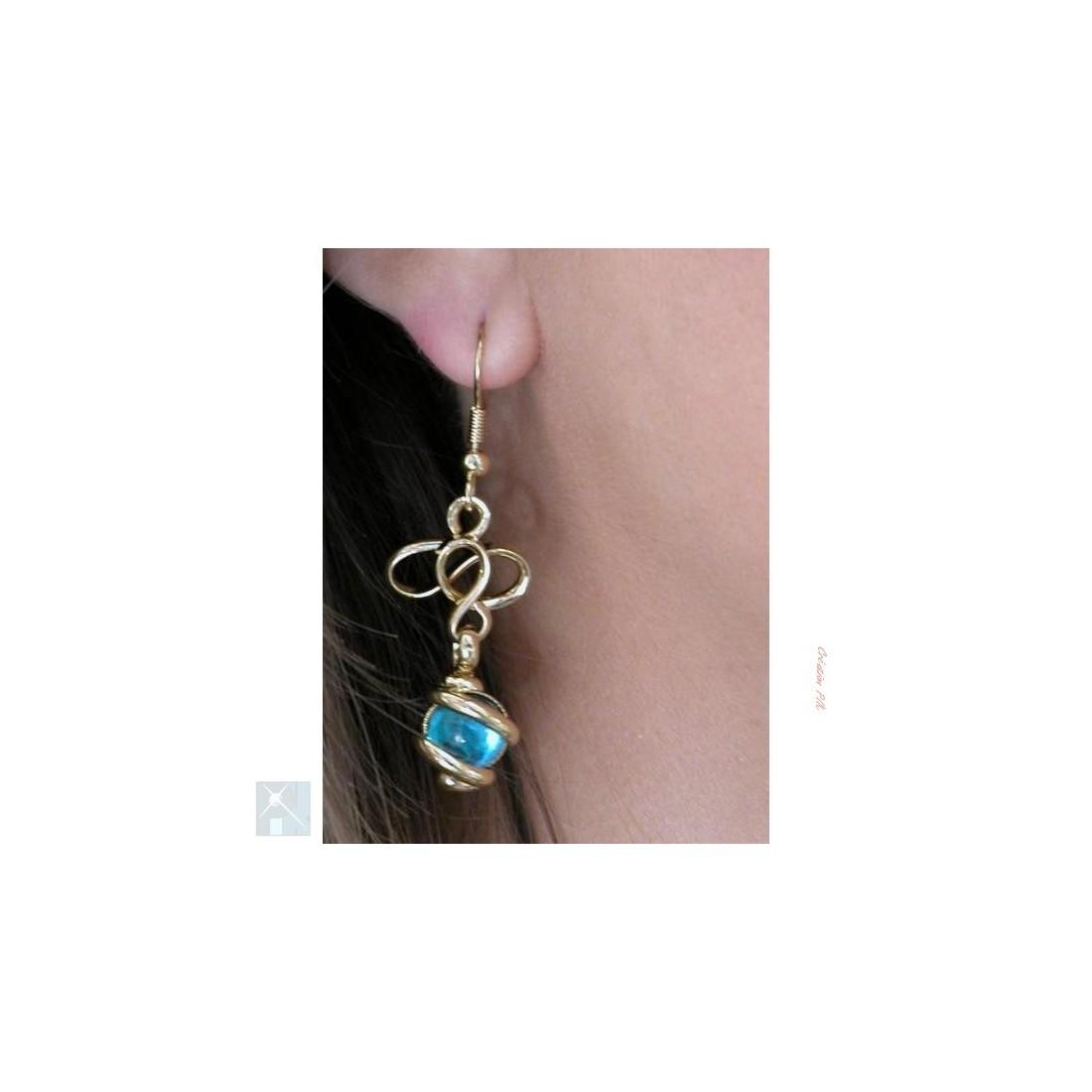 Boucles d'oreilles de créateur, bleu clair.