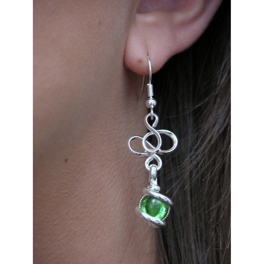 Boucles d'oreilles vertes.