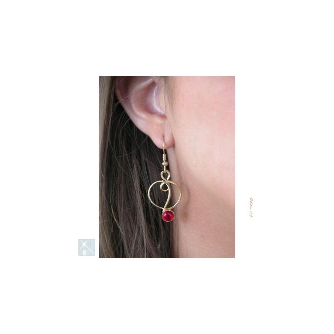 Boucles d'oreilles rouges.