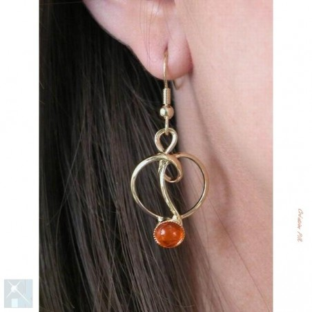 Boucles d'oreilles oranges.