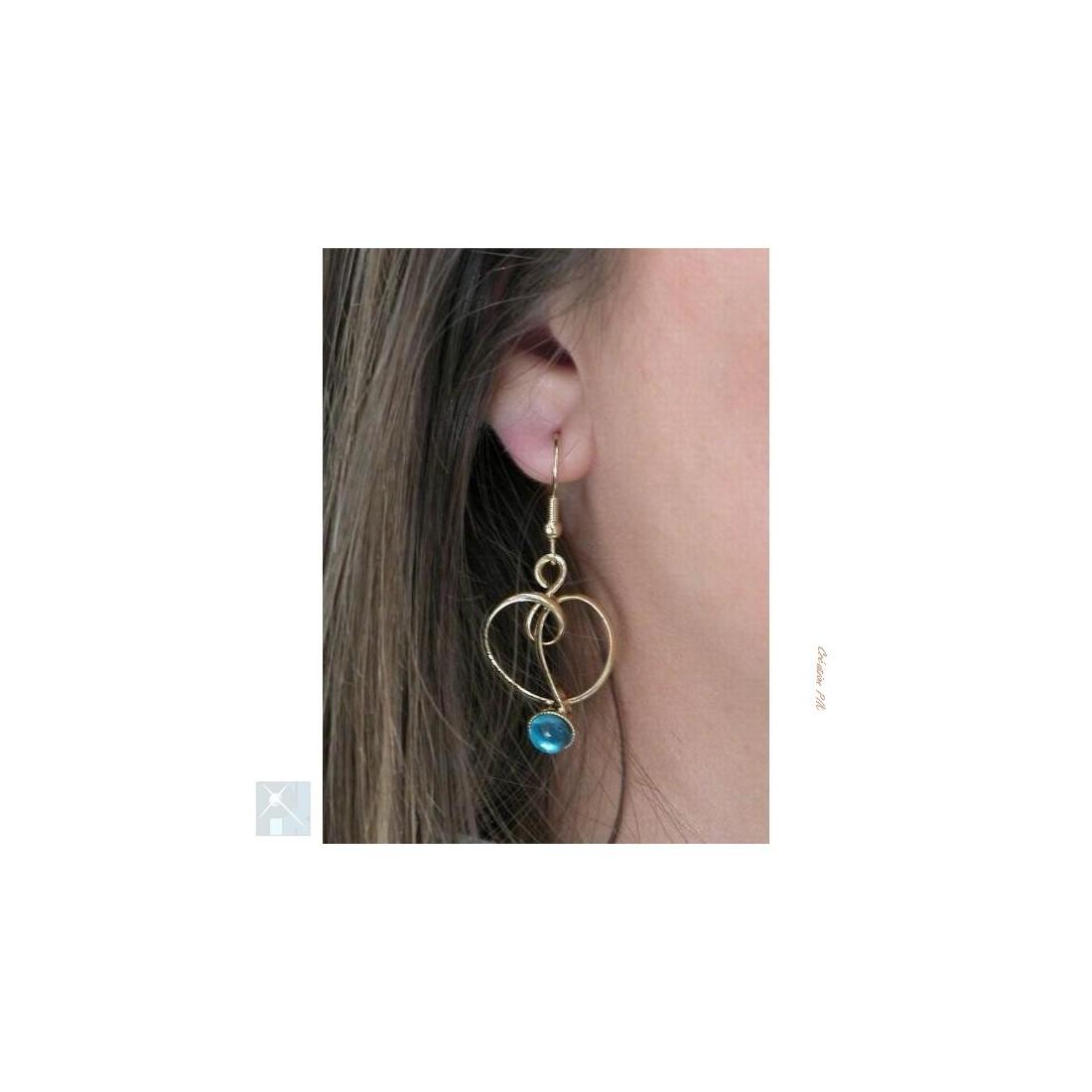 Boucles d'oreilles bleues.