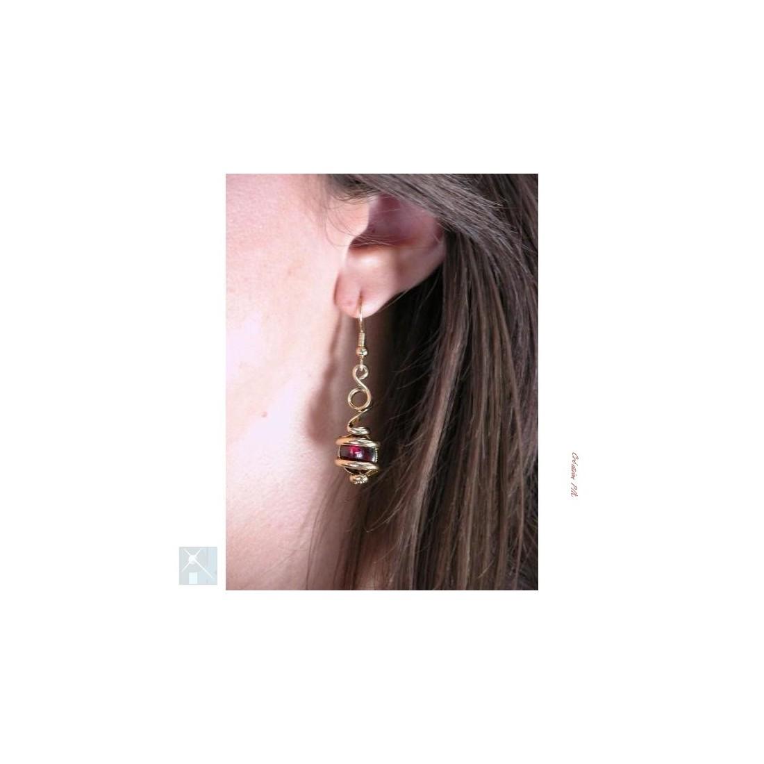Très fines boucles d'oreilles dorées avec pierre fine grenat