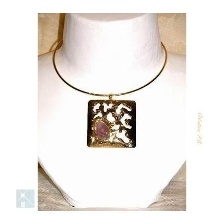 Collier carré, bijou fantaisie de qualité